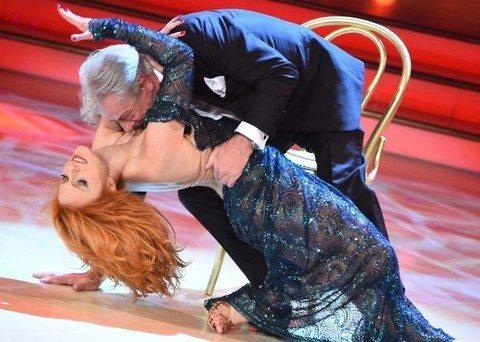 """Ballando con le stelle, Giancarlo Giannini tango """"travolgente"""": l'attore cade sopra la ballerina"""